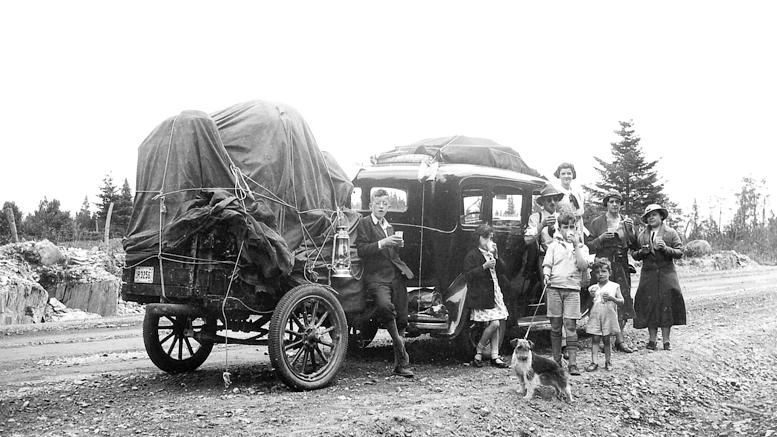 Mon grand-père Maurice amène toute sa famille passer des vacances à Lambton. D'après mon père, tout excès de vitesse pouvait entraîner un chavirement dramatique de la remorque. Les crevaisons étaient aussi chose ardue et fréquente à cette époque. (Photographe inconnu - Été 1933)