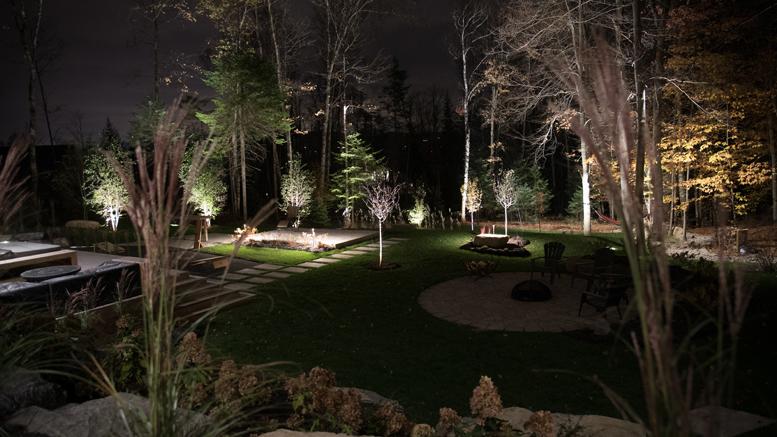 Ajoutez un éclairage paysager pour profiter pleinement de l'aménagement extérieur au quotidien. Photo : Équipe Logan
