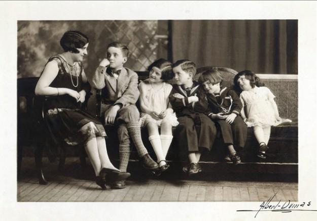 Ma grand-mère Jeanne avec cinq de ses enfants dont mon père Guy, âgé maintenant de 93 ans. Mon père, c'est celui qui regarde l'objectif photographique avec un petit air coquin.