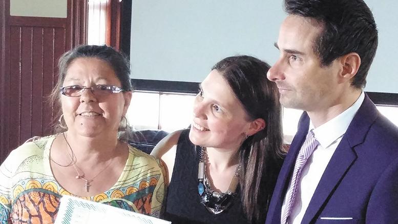 Une patiente qui reçoit son diplôme (à gauche) Photo : Valérie Lépine