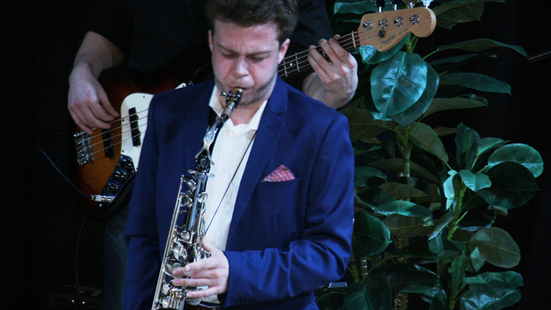 Photo : Serge Pilon ; Louis Plouffe au saxophone