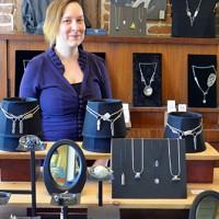 Julie Larivière et ses magnifiques bijoux faits principalement à partir d'ustensiles récupérés.