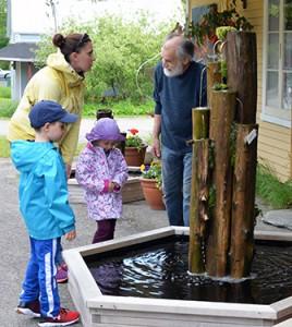 Photo: Diane Brault; Roch Lanthier présente une fontaine qu'il a réalisé.