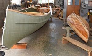 Photo : Jordan Dupuis; Un canot de 24 pieds et un de 14 pieds pendant le processus de remise à neuf.