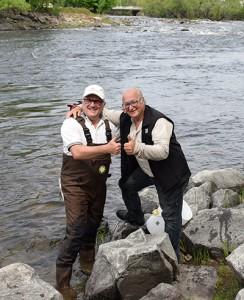 Photo : Jordan Dupuis;  Ronald Raymond, président de la Fondation de l'eau Rivière-du-Nordet et Mario Fauteux, conseiller à Saint-Jérôme étaient fiers de les relâcher dans la rivière.