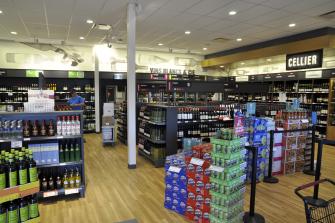 Après des démarches qui ont commencé en 2005, la Société des alcools du Québec a ouvert une succursale dans la zone commerciale, à l'angle sud-est du boulevard du Curé-Labelle et du boulevard du Clos-Prévostois. Le nouveau directeur Martin Dandurand est très fier de sa succursale. (Photo Michel Fortier)