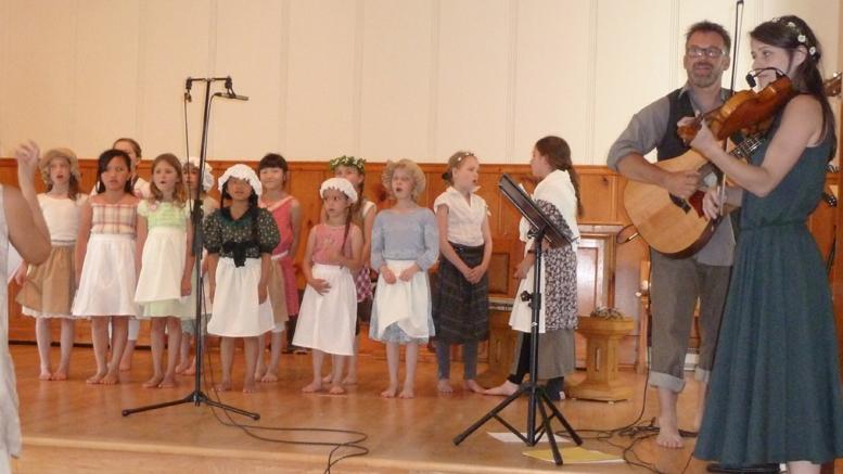 La chorale de Sainte-Anne-des-Lacs, dont les membres costumés en petits colons ont charmé le public.