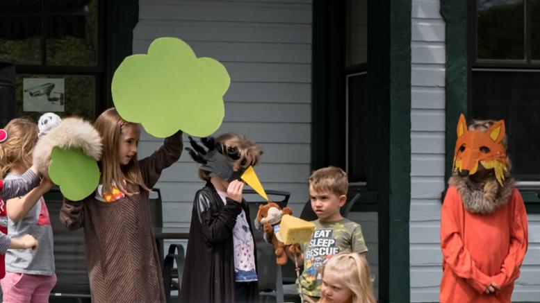 Représentation théâtrale de la fable Le Corbeau et le renard, par les enfants. Photo : Jean-Pierre Thuin