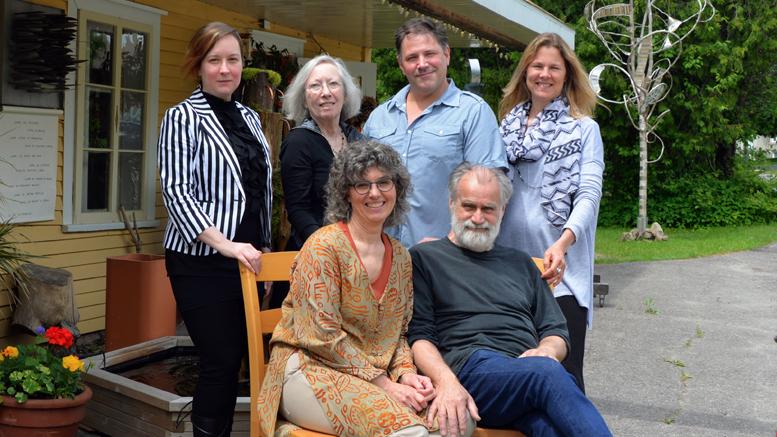 Photo: Diane Brault;  Ginette Robitaille et Roch Lanthier derrière lesquels se trouve Julie Larivière, Danielle Brouillet, Michel Giroux et Pascale Dupré. Bijoux, toiles, sculptures étaient exposés à l'intérieur et tout autour de la maison.
