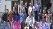 Photo: Michel Fortier; Les chanteurs Philippe Berghella et Hugo Lapointe entourés d'artistes participant aux Jeudis culturels et d'officiels de la Ville de Prévost.