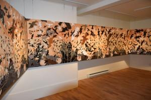 Photo : Jordan Dupuis; L'impressionnante murale de 48 pieds du Mur des Rapaces de René Derouin présenté au centre d'exposition de Val-David.