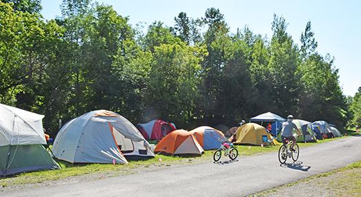 Les ultramarathoniens pouvaient s'installés avec leur tente sur le terrain de la gare de Prévost
