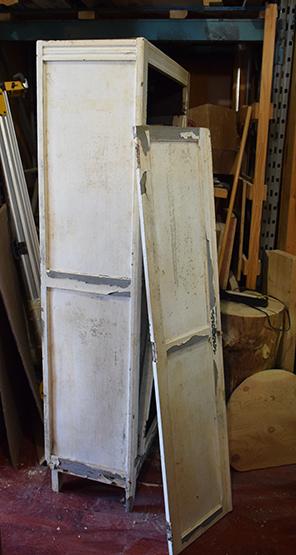 L'entreprise restaure beaucoup de meubles historiques comme cette armoire-penderie qui se trouvait dans un camp de concentration pendant la Deuxième Guerre mondiale.