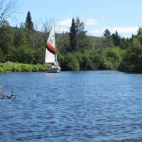À la hauteur de Val-Morin, le courant de la rivière nous emportait tranquillement, lors d'une des plus belles journées de l'été, des plaisanciers s'adonnaient à remonter la rivière dans leur voilier.