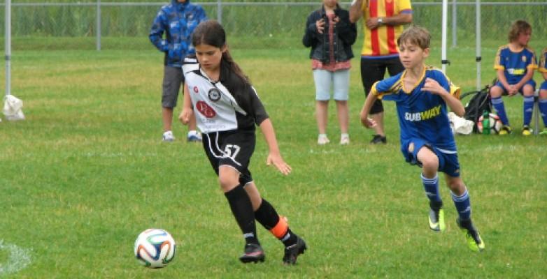 Alycia Chiurillo, no 57, mène le ballon pour le Dragon