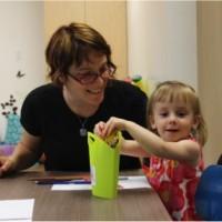 Photo : Jacinthe Laliberté Zoé aime bien dessiner avec sa mère dans un des locaux de la nouvelle garderie.
