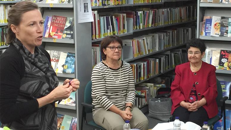 Valérie Lépine animait la rencontre avec les trois des auteures, dont, sur la photo, Danielle Caron et Marie-Andrée-Clermont – Photo : Hélène Limoges