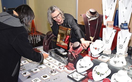 Nancy Boisvert, joaillière, travaille l'étain
