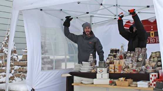 À l'extérieur, des courageux offraient dans leur kiosque des produits de l'érable Photos : Jacinthe Laliberté