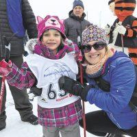 De Prévost, Alicia Denis, 5 ans, de l'école Sainte-Thérèse de l'Enfant Jésus et sa maman – photo : Laurence Côté-Chartrand