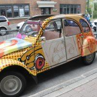 Une petite virée en Citroën 2 CV qui fit le bonheur des petits et des grands. – Photo : Jacinthe Laliberté