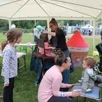 Photo : Jacinthe Laliberté – Les enfants sont invités à se faire maquiller sous le gazebo