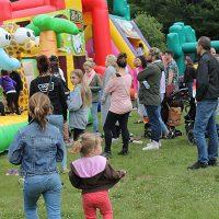Photo : Jacinthe Laliberté – Il n'y a que les enfants qui peuvent s'amuser dans les jeux gonflables… sous la surveillance de leurs parents !