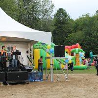 Photo : Jacinthe Laliberté – Il y en avait pour tous les goûts au Parc Henri-Piette. Pour les petits, les jeux gonflables et pour les grands, un groupe d'artistes annelacois qui a offert un spectacle des plus entrainants.