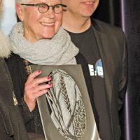Le prix Les Grands Soleils remis madame Bonnie Baxter, entre autres fondatrice de l'Atelier de l'Île et professeure à l'Université Concordia. – Photo : Diane Brault