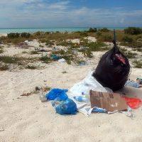 Eydhafushi, Baa Atoll. Détritus de plastic venant de la mer et des BBQ. – Photo Diane Brault