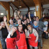 L'équipe des bénévoles de Sainte-Anne-des-Lacs, une équipe des plus dynamiques a préparé la salle et servi le dîner à plus de deux cents convives.  – photo : Yves Briand