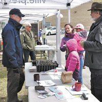 Frédérick Marceau du service de l'environnement de la Ville de Prévost a distribué des pousses d'asclépiade pour aider à la sauvegarde du papillon Monarque